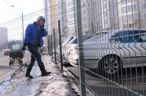 Демонтаж спорного ограждения парковки на улице Вилиса Лациса
