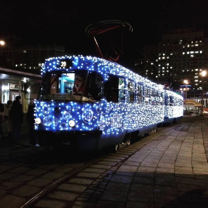 Новогодние трамваи будут курсировать по Москве до конца января