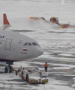 """ITAR-TASS 05: MOSCOW REGION, RUSSIA. DECEMBER 30, 2009. Snow clearing operation carried out at Moscow's Sheremetyevo Airport. (Photo ITAR-TASS / Alexei Filippov) 05. Ðîññèÿ. Ìîñêîâñêàÿ îáëàñòü. 30 äåêàáðÿ. Ñíåãîóáîðî÷íàÿ òåõíèêà íà âçëåòíî-ïîñàäî÷íîé ïîëîñå â ìåæäóíàðîäíîì àýðîïîðòó """"Øåðåìåòüåâî"""". Ôîòî ÈÒÀÐ-ÒÀÑÑ/ Àëåêñåé Ôèëèïïîâ"""
