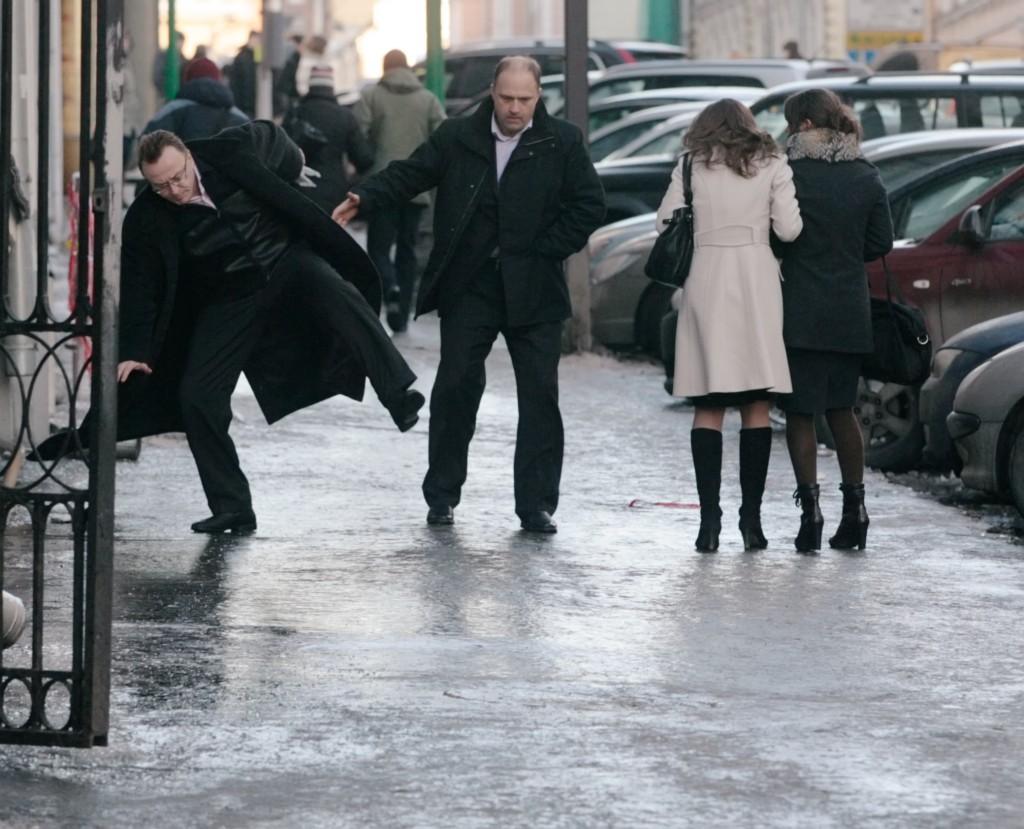 368039 13.01.2009 Прохожие на скользких улицах. Петр Чернов/РИА Новости