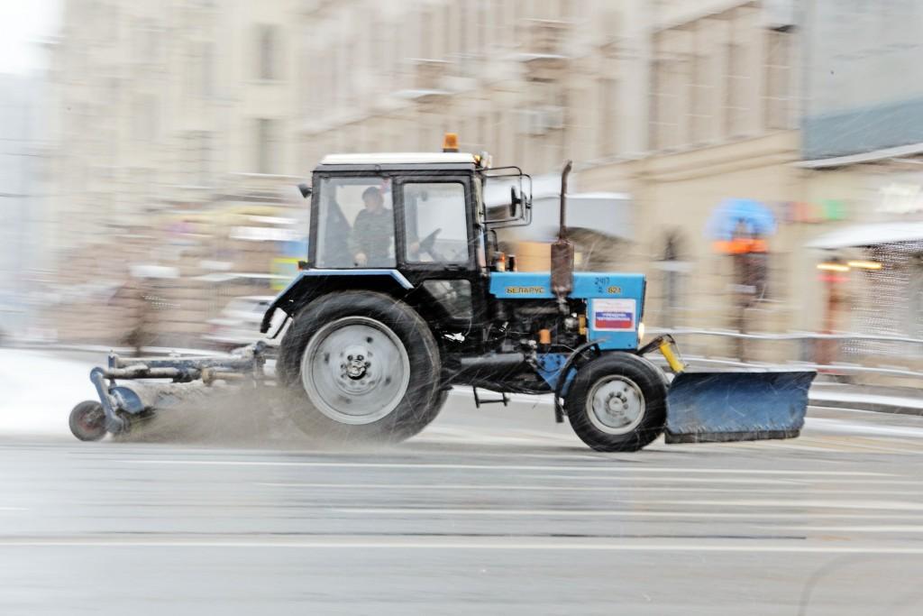 Снег с городских улиц убирали около семи тысяч единиц техники