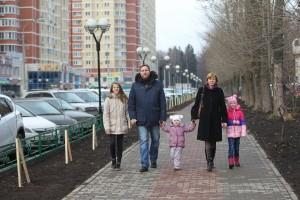 Семья Комаровых в Московском. На фото: Анна, Игорь, Лиза, Юлия (мама), Оля (слева направо).