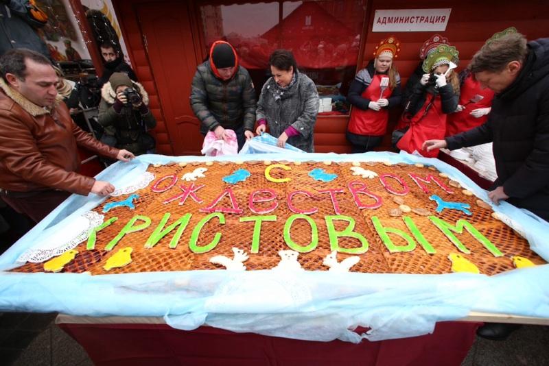 Москвичи отведают гигантский рождественский пирог