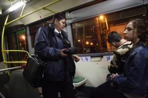 Работа контролеров в ночном автобусе