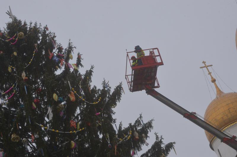 Специалисты приступили к демонтажу главной елки страны