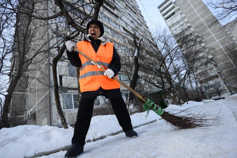 Активные бабушки помогают коммунальным службам в уборке снега