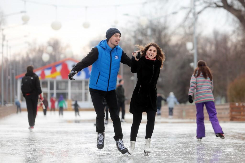 В парках Москвы горожане смогут научиться бегать на коньках