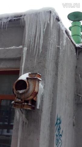 Московские крыши от снега начали очищать 13 тысяч коммунальщиков