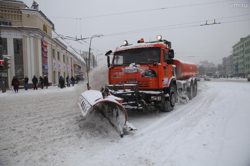 На московские улицы выехало максимальное количество снегоуборочной техники