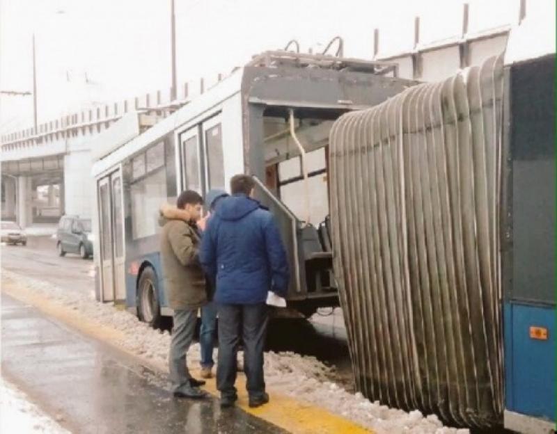 В Москве троллейбус