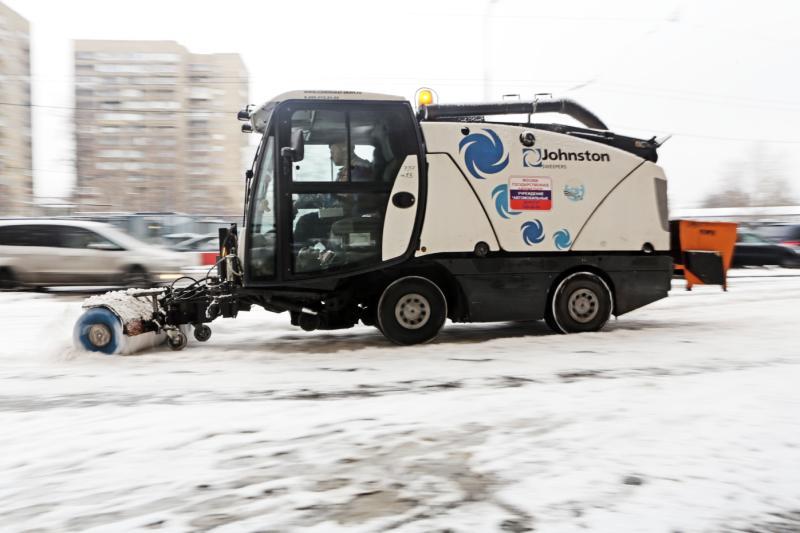 Из-за сильного снегопада в Москве работает 15 тысяч единиц спецтехники