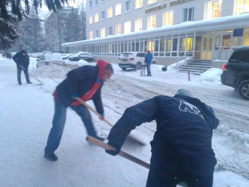 Активисты партии «Единая Россия» помогли коммунальщикам в уборке снега