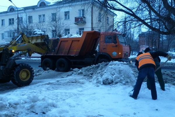 Партийцы проверили качество уборки снега на Театральной