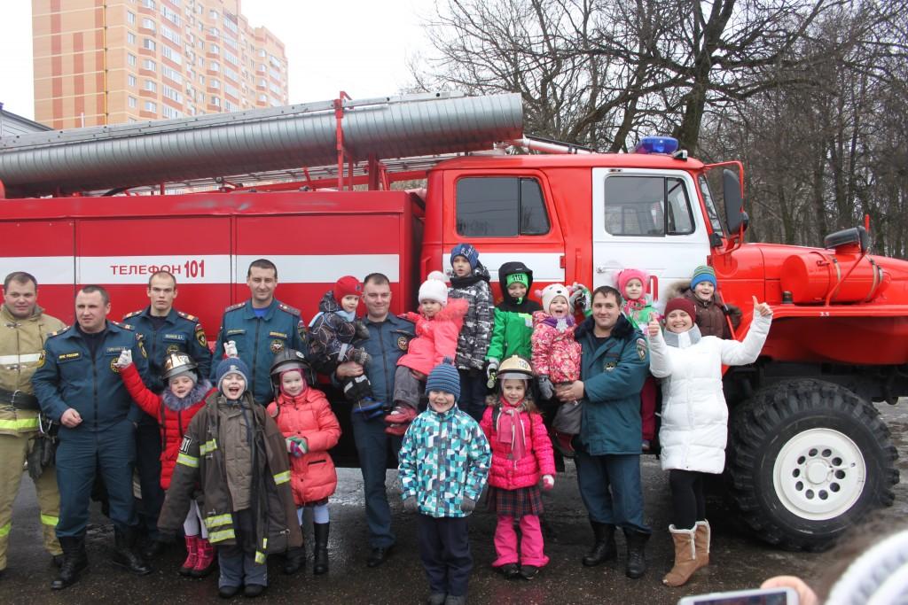 Дети увидели учебный выезд пожарных