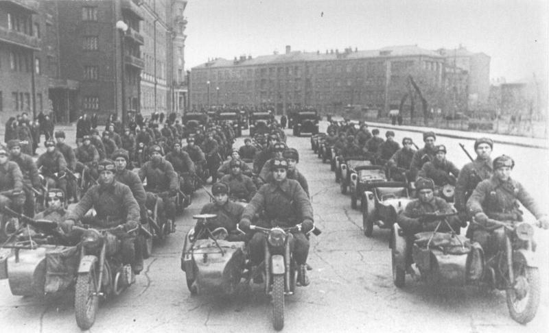 Колонна мотоциклов М-72 с вооруженными пехотинцами перед парадом на Красной площади.