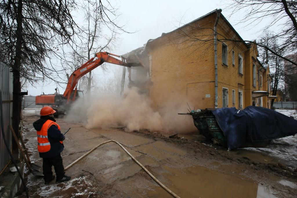 Потолок рассыпной, дверь скрипучая: первый аварийный дом расселили и сломали