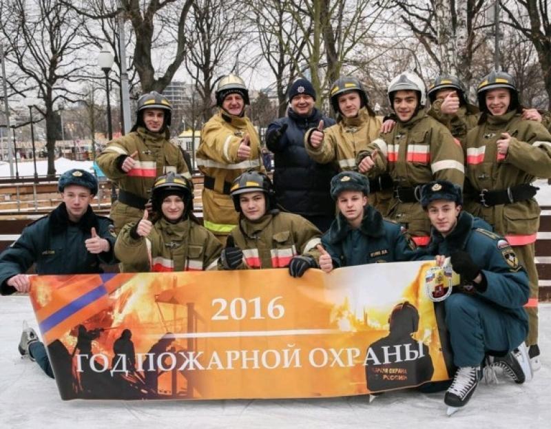 В парке Горького прошел флешмоб пожарных