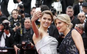 """Российская телеведущая Виктория Боня (слева) фотографируется на красной ковровой дорожке церемонии открытия 67-го Каннского кинофестиваля. (Фото предоставлено """"Reuters"""")"""