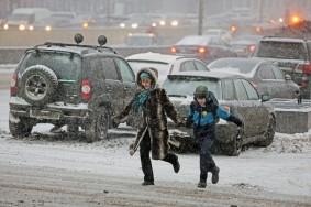 Обильный снегопад на улице Москвы