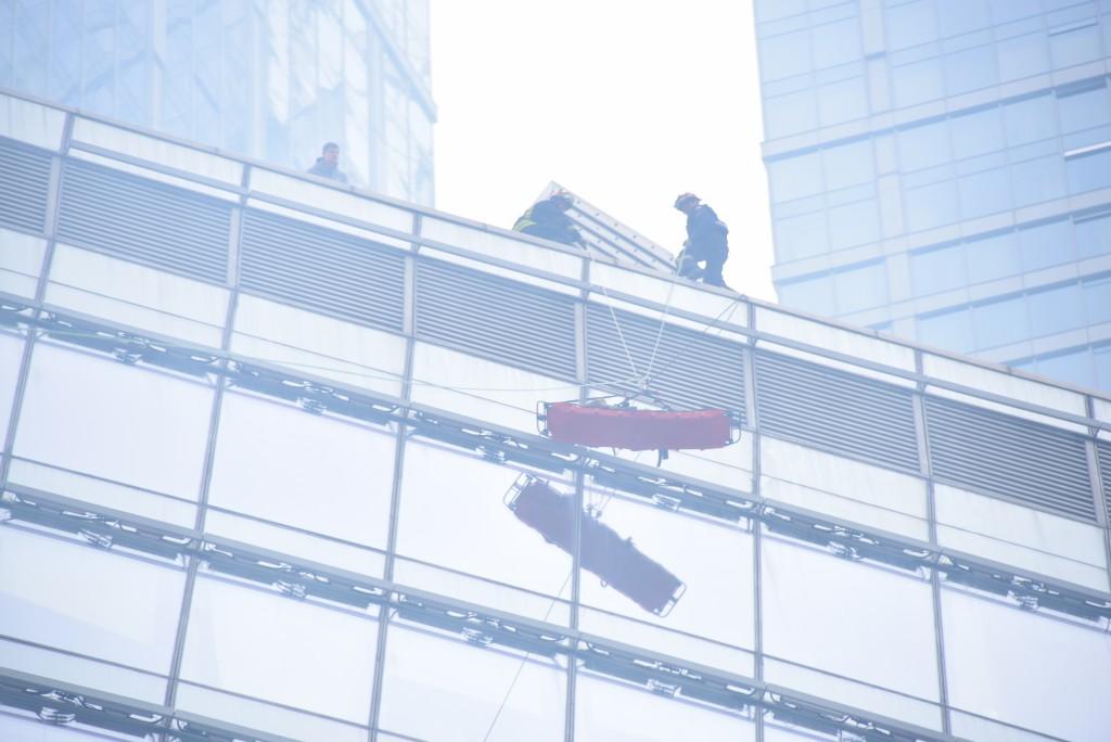 С офисного здания в центре Москвы сорвался промышленный альпинист