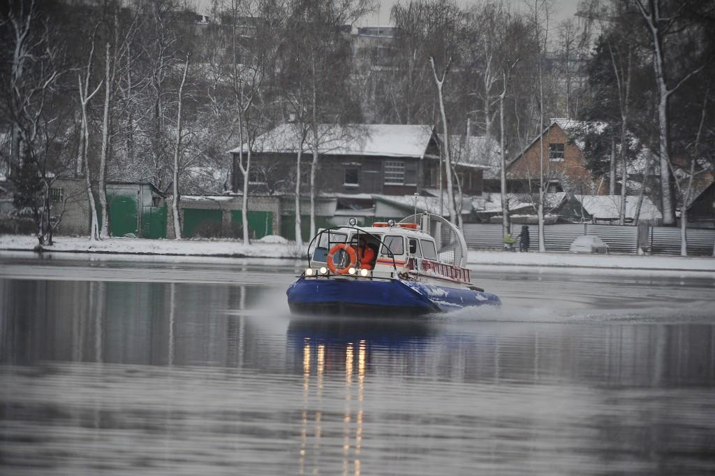 Спасатели вытащили из под воды трех рыбаков