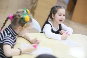 дети маленькие рисуют