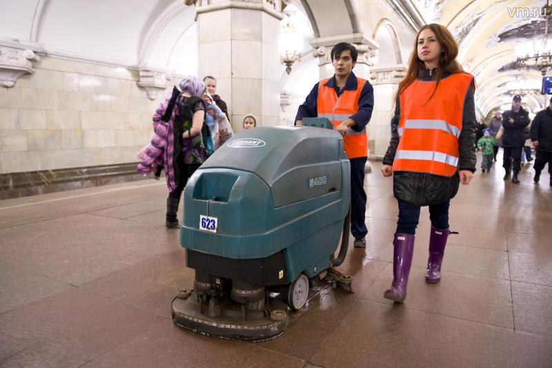 Сотрудники метрополитена начали убираться на Кольцевой линии