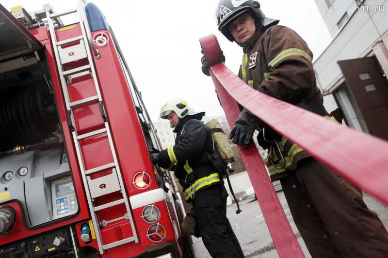 Пожарные справились с возгоранием в троллейбусном парке на севере Москвы