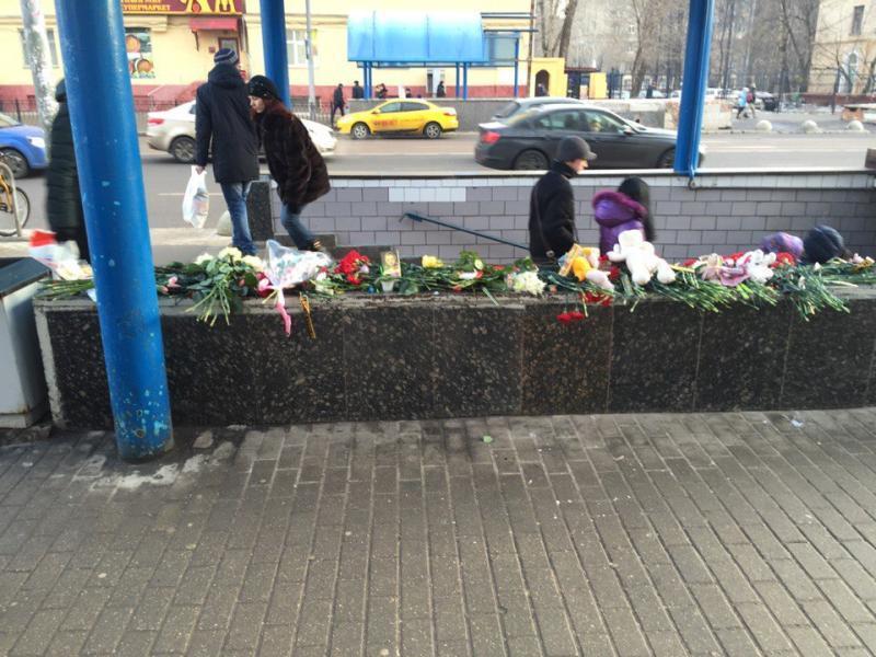 Жители столицы оставляют цветы на улице Народного Ополчения в память об убитой девочке