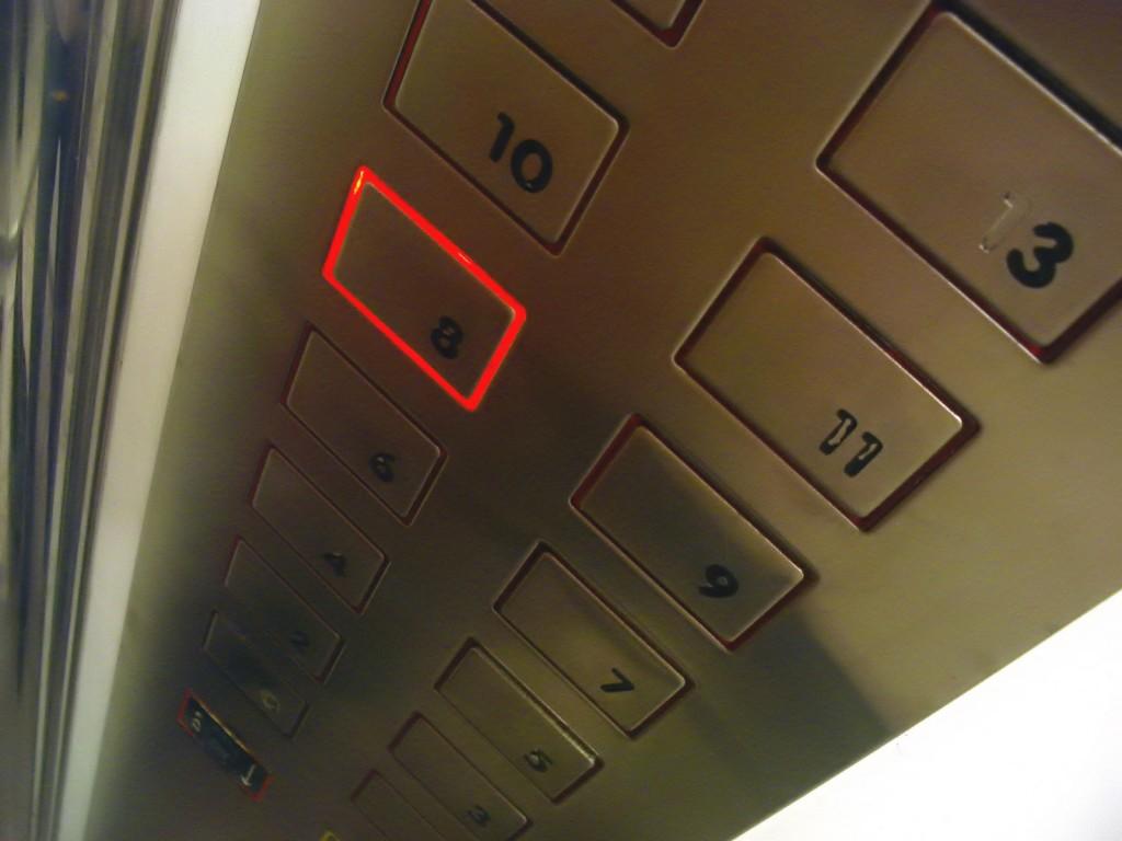 В Москве сорвался лифт с пассажиркой