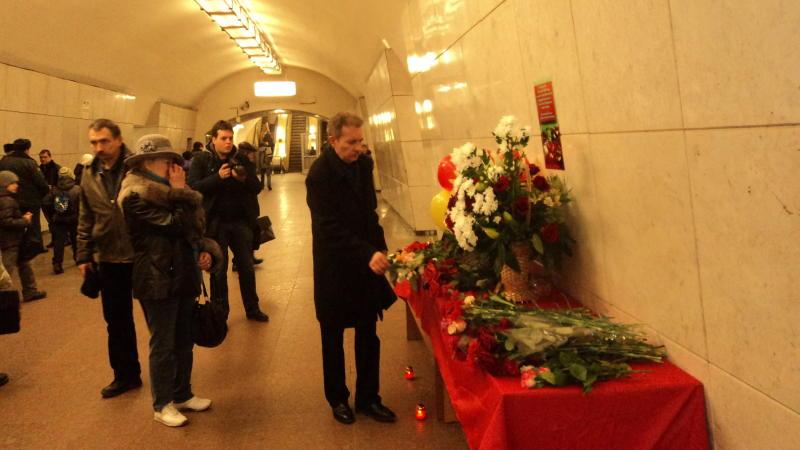 Москвичи почтили память жертв терактов в московском метро