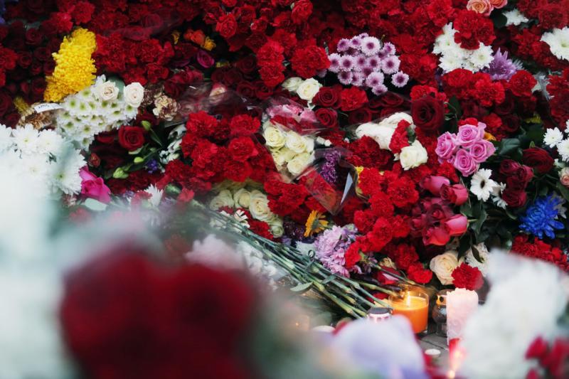 Москвичи несут цветы в память о жертвах терактов в Брюсселе