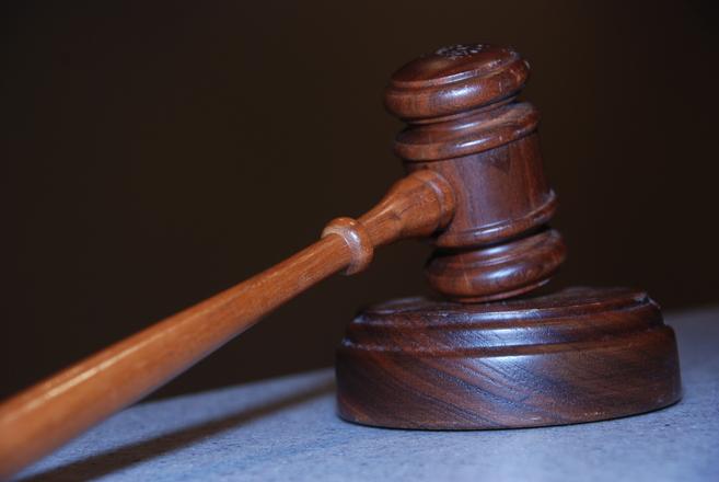 Убрщице, присвоившей клатч Prada с крупной суммой денег, грозит год тюрьмы