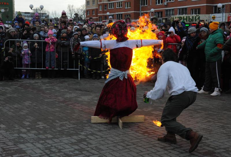 В Новой Москве простились с холодами и сожгли символ зимы
