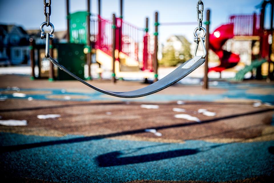 В столице отремонтируют парковые детские площадки к середине апреля