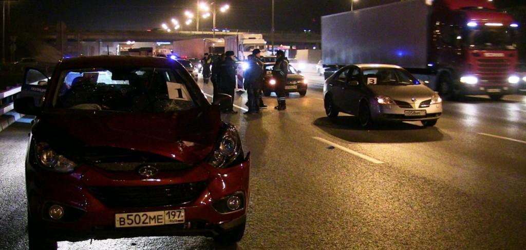 На МКАДе двое водителей столкнувшихся иномарок были сбиты третьим автомобилем