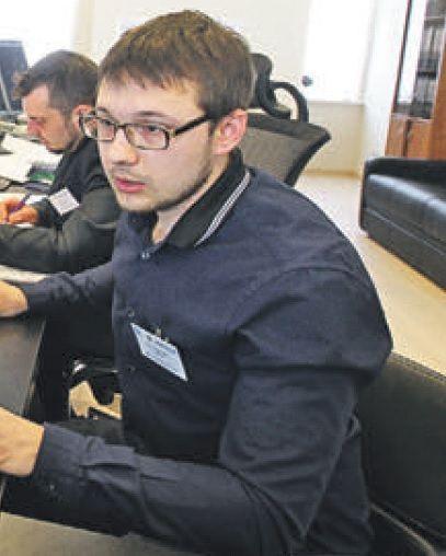 30 марта 2016 года. Диспетчер РЭС Егор Зайцев следит за работой мобильной бригады