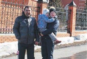 27 марта 2016 года. Деревня Свинорье. Виталий и Анна Дьяковы и их маленькая дочь София