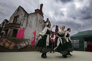 22 апреля. Крекшино. Танцуют (слева направо): Анастасия Зеленкова, Александра Веселова и Наталья Макарова. Фото: Виктор Хабаров.