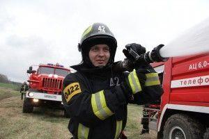 27 апреля 2016 года. Сотрудник 42-й пожарно-спасательной бригады брандспойтом тушит очаг возгорания на учениях