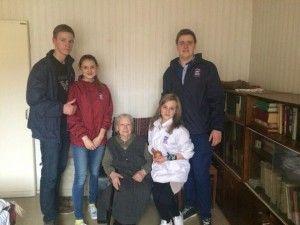 Активная молодежь новых округов провела акцию «Чистые окна» для ветеранов. Фото предоставила Маргарита Торосян.