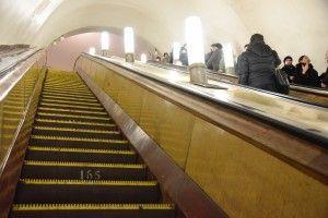 """В вестибюле станции """"Ломоносовский проспект"""" завершилась установка эскалаторов."""