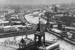 Панорамный вид с филаретовой пристройки Успенской звонницы Кремля на восточную сторону, 1908 год. Фотоархив Wikipedia