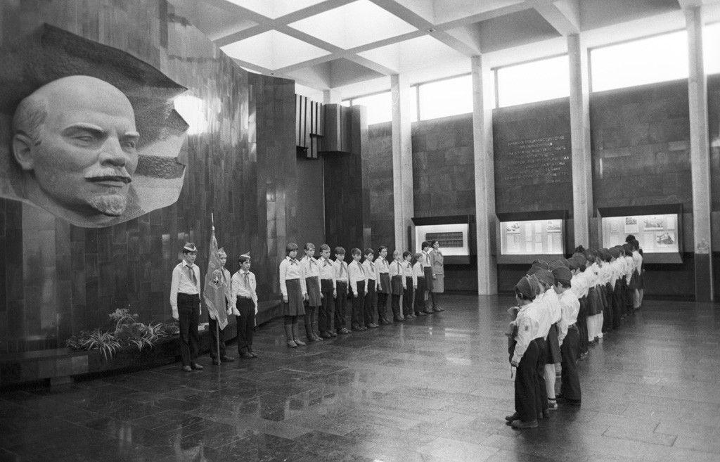 Прием школьников в пионеры в новом здании музея-павильона, 1984 год. Фотоархив Wikipedia