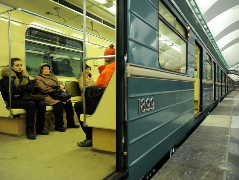Полиция московского метро спасла пассажира, которого сбросили на рельсы во время драки