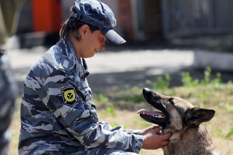 Кинологи с собаками начали патрулировать парки города Москвы