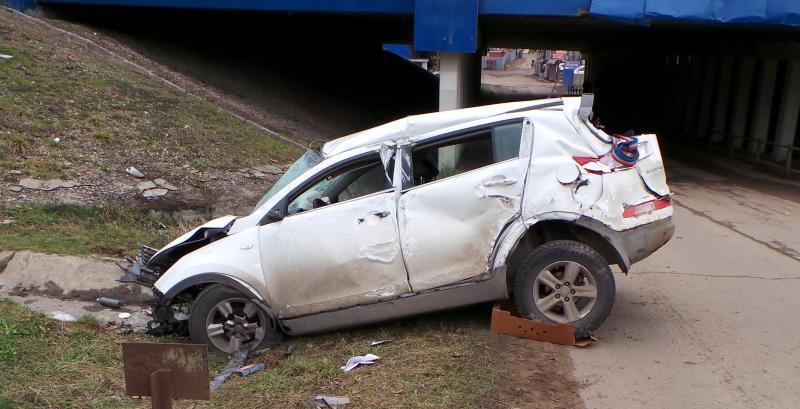 Автомобиль упал с эстакады на 17 километре Московской кольцевой автомобильной дороги