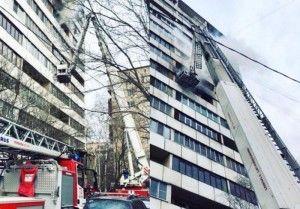 Более 30 человек спасли при тушении пожара в одной из квартир в Москве