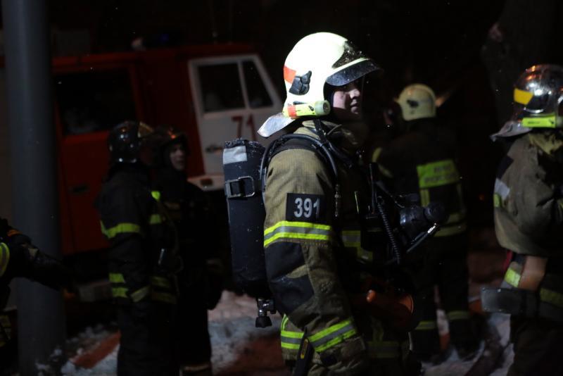 Пожарные справились с огнем в здании