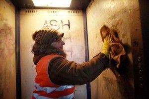 Жители столицы могут оставить жалобу на надписи в подъездах на портале «Наш город»